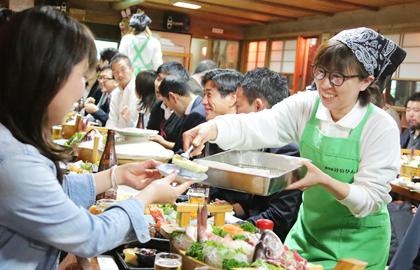 天ぷらは揚げたてをお席まで運びます。冷めないうちにお召し上がりください